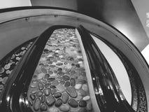 Schwarzes weißes Treppenhaus Stockfotos