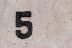 Schwarzes Zeichen fünf der Nr. 5 auf Betonmauer Lizenzfreie Stockfotografie