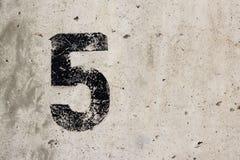 Schwarzes Zeichen fünf der Nr. 5 auf Betonmauer Lizenzfreie Stockbilder