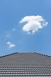 Schwarzes Ziegeldach auf Haus mit klarem blauem Himmel Lizenzfreie Stockfotos