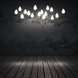 Schwarzinnenraum mit Glühlampen Stockfotografie