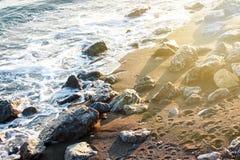 Schwarzmeerküste belichtet durch die Sonne Schatten von Steinen durch das Meer K?ste des Schwarzen Meers lizenzfreie stockbilder