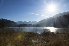 Schwarzsee congelado, hel del ¼ de Kitzbà con luz del sol Imagen de archivo libre de regalías