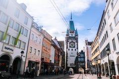 Schwarzwald Freiburg im Breisgau August 2017 Anblick in der alten Stadt Freiburg im Breisgau des Studenten Deutschland im Schwarz stockfotos