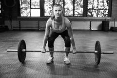 Schwarzweißaufnahme der Frau vorbereitend, Gewichte anzuheben lizenzfreie stockbilder