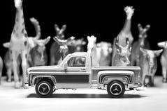 Schwarzweißaufnahme der Spielzeugaufnahme auf den Hintergrund von Spielzeugtieren Stockbild