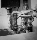 Schwarzweißaufnahme des Mannes Heizsystem reparierend stockfotos