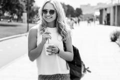 Schwarzweißbild der Frau in der Sonnenbrille mit Getränk lizenzfreies stockfoto