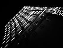 Schwarzweißfotografie eines Gebäudes nachts Lizenzfreies Stockfoto