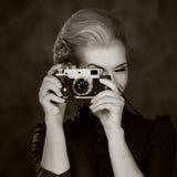 Schwarzweiss-Abbildung einer Frau mit Kamera Stockfotografie