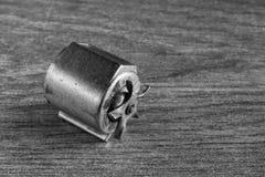 Schwarzweiss-Abschluss oben eines Miniaturfahrraddynamos Stockfoto