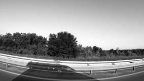 Schwarzweiss-Ansicht des Dorfs vom Auto stock footage