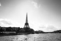 Schwarzweiss-Ansicht des Eiffelturms von der Seine stockbilder