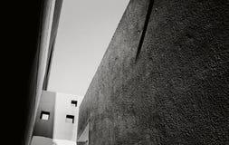 Schwarzweiss-Ansicht des Himmels von einem schmalen Durchgang zwischen Th Stockfotos