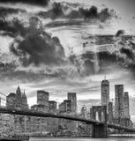 Schwarzweiss-Ansicht von im Stadtzentrum gelegenen Manhattan-Skylinen, New- Yorkverdichtereintrittslufttemperat Stockfoto