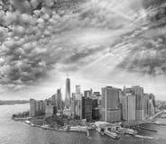 Schwarzweiss-Ansicht von im Stadtzentrum gelegenen Manhattan-Skylinen, New- Yorkverdichtereintrittslufttemperat Lizenzfreie Stockfotos