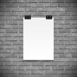 Schwarzweiss-Backsteinmauer und Papierplakat für Text, backgrpund lizenzfreie abbildung