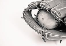 Schwarzweiss-Baseball und Handschuh Stockfotografie
