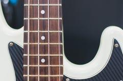 Schwarzweiss-Bass-Gitarre Stockfotos