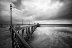 Schwarzweiss-Beach-Pier lang Stockfotos