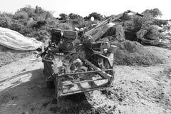 Schwarzweiss-Bild der alten landwirtschaftlichen Maschine Stockfoto