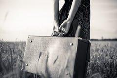 Schwarzweiss-Bild der Arme der dünnen Frau Lizenzfreies Stockbild