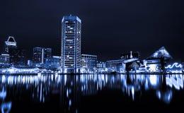 Schwarzweiss-Bild der inneren Hafen-Skyline Baltimores nachts. Stockfotografie