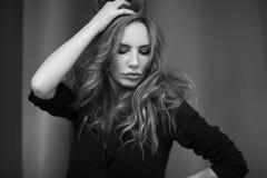 Schwarzweiss-Bild der jungen Frau lizenzfreie stockbilder