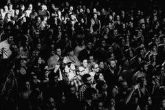 Schwarzweiss-Bild der Menge am Razzmatazz schlägt mit einer Keule Stockfotos