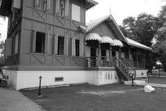 Schwarzweiss-Bild des alten königlichen grünen und weißen Sommerpalastes des 19. Jahrhunderts/des Hauses Stockbilder