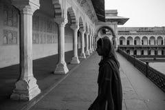 Schwarzweiss-Bild einer indischen Frau am Agra-Fort Agra, Uttar Pradesh, Indien, Asien stockfotos