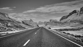Schwarzweiss-Bild einer szenischen Straße, USA Lizenzfreies Stockbild