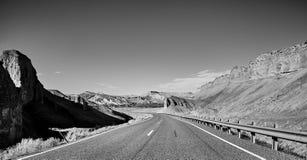Schwarzweiss-Bild einer szenischen Straße, USA Lizenzfreie Stockfotografie
