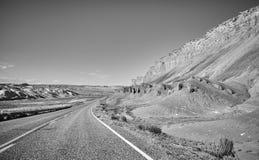 Schwarzweiss-Bild einer szenischen Straße, Utah, USA Stockfoto