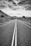 Schwarzweiss-Bild einer verlassenen Straße, USA Lizenzfreies Stockbild