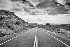Schwarzweiss-Bild einer verlassenen Straße, USA Lizenzfreies Stockfoto