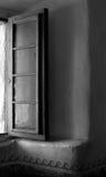 Schwarzweiss-Bild eines geöffneten Fensters im Auftrag von Sankt Lizenzfreie Stockfotografie