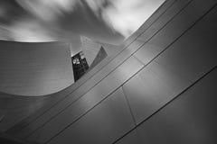 Schwarzweiss-Bild eines Konzertsaals im Monochrom lizenzfreies stockbild