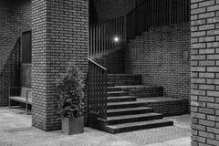 Schwarzweiss-Bild eines Treppenhauses in einem modernen teuren Wohnkomplex Lizenzfreie Stockfotografie