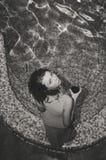 Schwarzweiss-Bild junger Dame bereitstehend Stockbilder