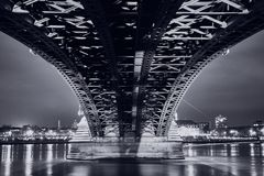 Schwarzweiss-Bild unter der Theodor Heuss-Brücke Lizenzfreie Stockfotografie