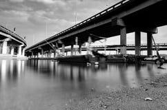 Schwarzweiss-Bild unter Penang-Brücke gelegen in Penang, Malaysia Stockbilder