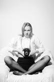 Schwarzweiss-Bild von jungem sexy jungem hübschem Lizenzfreie Stockfotos