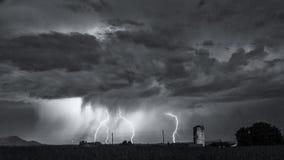 Schwarzweiss-Bild von mehrfachen Blitzschlägen Lizenzfreie Stockbilder