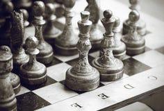 Schwarzweiss-Bild von silbrigen alten Schachfiguren stockfoto