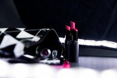 Schwarzweiss bilden Sie Tasche mit Satz Lippenstiften Mode bunt Berufsmake-up und Schönheit Blinken bokeh Hintergrund Stockfoto