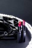 Schwarzweiss bilden Sie Tasche mit Satz Lippenstiften Mode bunt Berufsmake-upschönheit Blinken bokeh Hintergrund Stockfoto