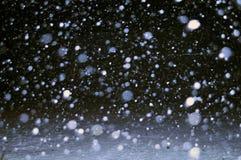 Schwarzweiss-Bilder in der Nacht der ersten Schneefälle in meiner Straße Stockfoto