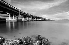 Schwarzweiss-Bildhintergrund unter Penang-Brücke gelegen in Malaysia Lizenzfreie Stockbilder