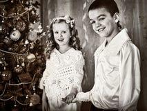 Schwarzweiss-Bildkinder unter Weihnachtsbaum Lizenzfreie Stockfotos